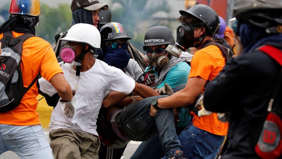 Son alrededor de 40 los muertos por los enfrentamientos. Foto: Reuters / Carlos Garcia Rawlins
