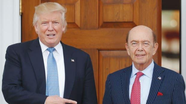 El presidente electo Donald Trump (izq.) nombró al inversionista y ex banquero Wilbur Ross como su secretario de Comercio.