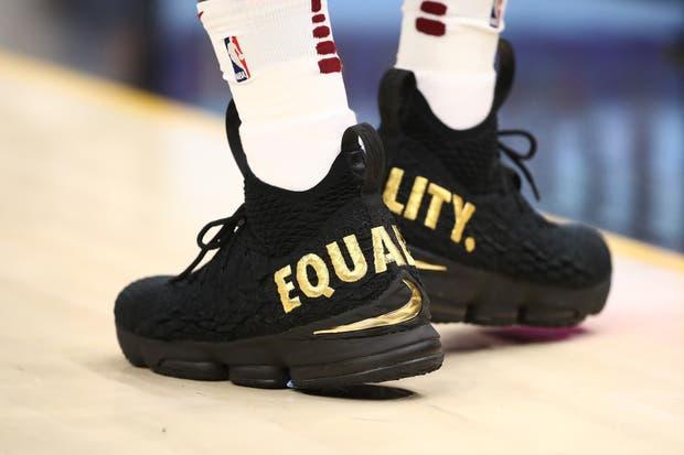 """LeBron usó unas zapatillas con el lema """"igualdad"""""""