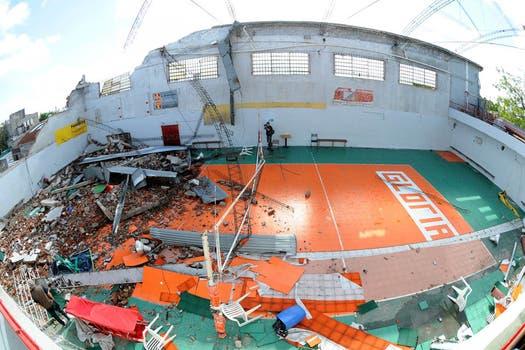 Se derrumbó parte del gimnasio Glorias Argentinas en Mataderos. Foto: DyN
