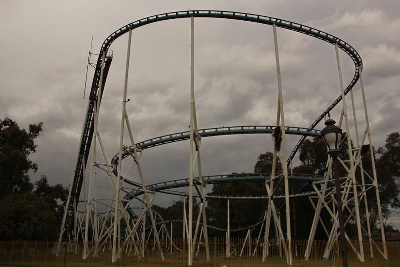 Las curvas pronunciadas del Aconcagua, una montaña rusa que ahora sólo sirve para los nidos de loros; tuvo un costo de u$s 6,5 millones. Foto: LA NACION / Mauricio Giambartolomei