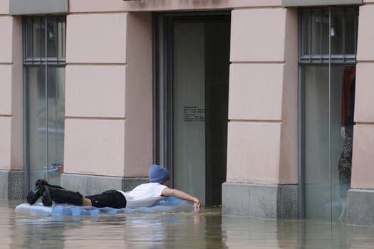 Graves inundaciones que no ceden en numerosas regiones de Alemania, República Checa y Austria, amenazan con llegar a Hungría, Eslovaquia y Polonia, dejaron hasta el momento ocho muertos y una decena de desaparecidos. Foto: EFE