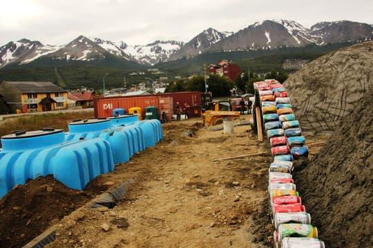 La Nave Tierra de Ushuaia en plena construcción; en los tanques celestes se almacena el agua de lluvia. Foto: LA NACION / Mauricio Giambartolomei