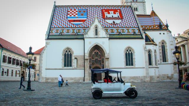La plaza de San Marcos es el escenario del cambio de guardia del Regimiento Cravat que se realiza todos los sábados y domingos al mediodía. En el techo de la catedral de San Marcos se ven los escudos que representan los tres estados del país: Eslovenia, Dalmasia y Croacia