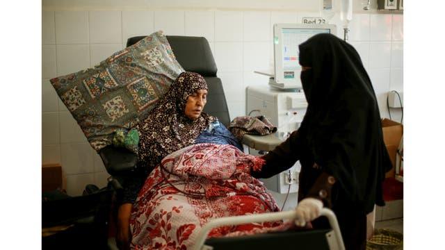 Una mujer palestina se somete a diálisis renal en el hospital de Shifa en la ciudad de Gaza
