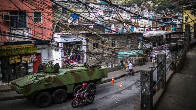 Blindados en las calles de la Rocinha