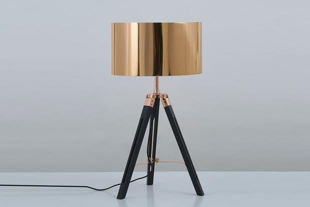 Lámpara Cooper con base de madera y pantalla vinilo en tono cobre (GMGE).  Foto:Living