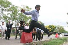Macri, en su campaña Salto al bache