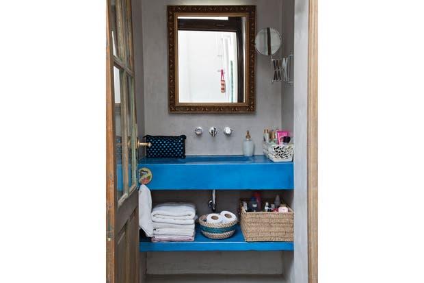 El baño está compartimentado: el sector de la ducha cuenta con una pequeña ventana que comunica con el patio, mientras que la zona de la bacha quedó naturalmente ubicada más cerca del dormitorio..