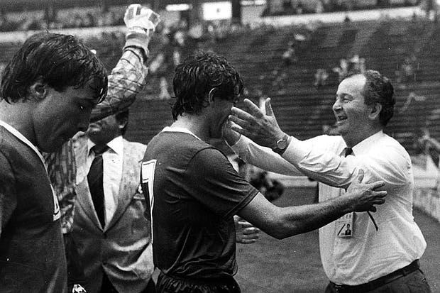 Grondona abraza a Burruchaga tras el partido de Argentina frente a Uruguay el 16 de junio de 1986.  Foto:Archivo
