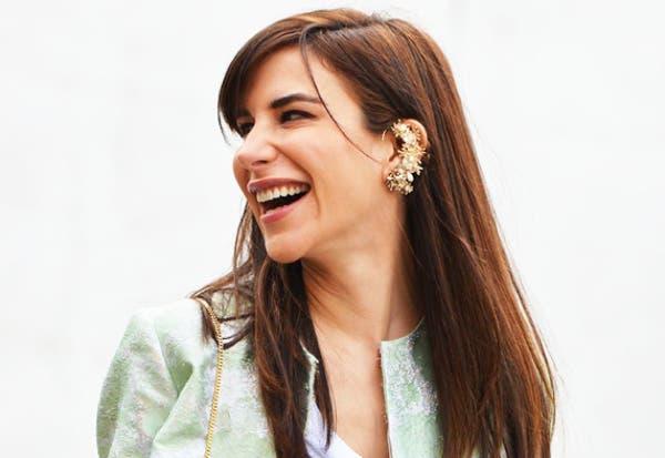 La estilista Caroline Sieber le da un toque de glamour a su outfit con ese earcuff de piedras preciosas. Foto: bettys.com.br
