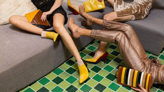 Mix de colores y texturas en el especial de carteras y zapatos