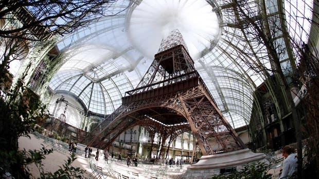 La Torre Eiffel que Chanel mandó a construir adentro del Grand Palais para el día de su desfile