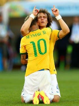 David Luiz y Neymar rezan luego del triunfo ante Chile