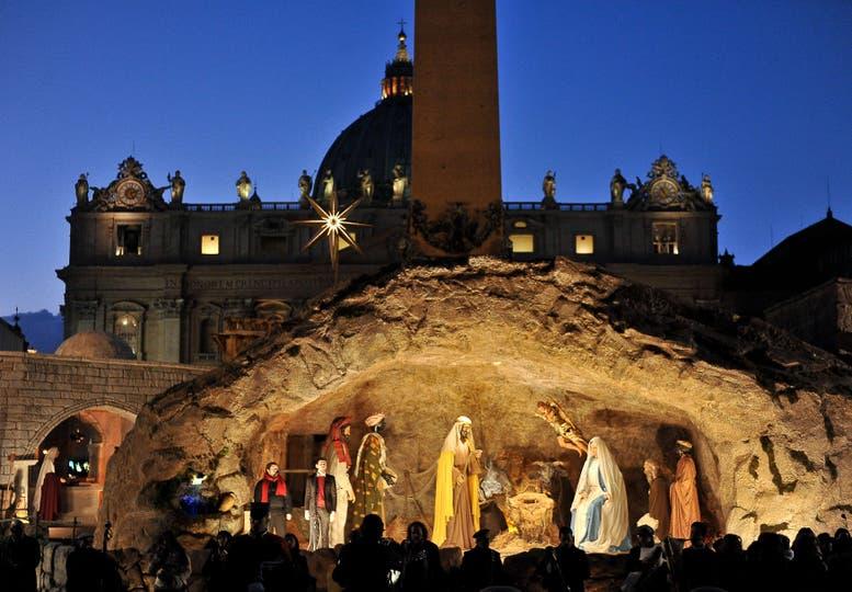 Pesebre a tamaño natural ubicado en la Plaza de San Pedro, en Estado Vaticano. Foto: AFP