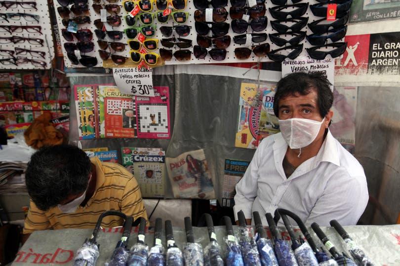 Vendedores en Retiratienden con sus barbijos puestos. Foto: LA NACION / Silvana Colombo