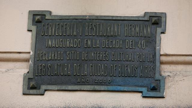 La placa sobre la esquina de Santa Fe y Armenia
