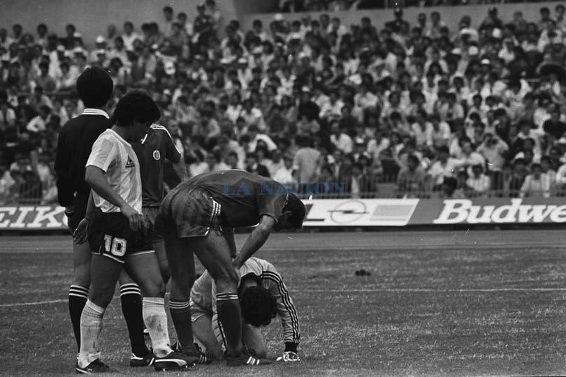 En el partido con Bulgaria, mientras atienden a Mihailov. Foto: LA NACION / Antonio Montano