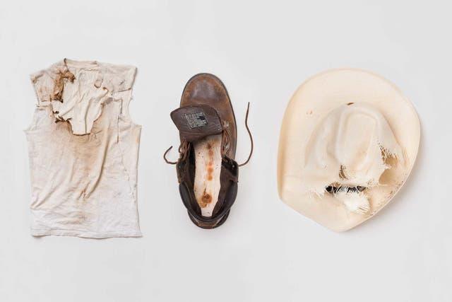 La remera y sombrero que llevaba Jaime Santana, y una bota que usaba Justin Gauger cuando fueron alcanzados por un rayo