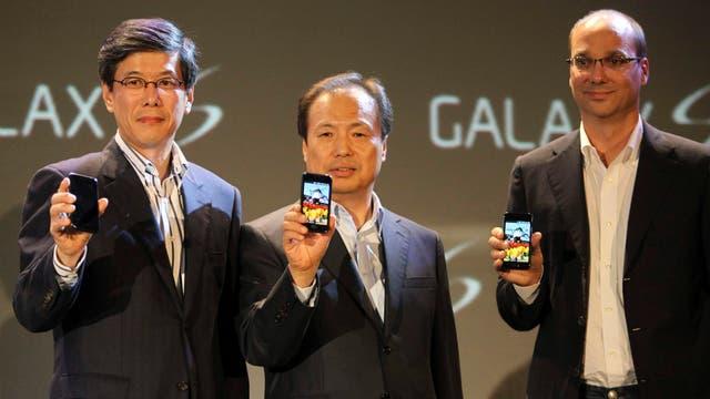 Ha Sung, el jefe de SK Telecom, Shin Jong-Kyun, el jefe de la división móvil de Samsung, y Andy Rubin, vicepresidente de ingeniería de Google, durante la presentación del primer Samsung Galaxy S, en 2010
