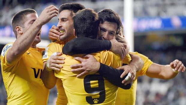 Todos abrazan a Moroni tras su try, el último de los cinco que marcaron ayer los argentinos