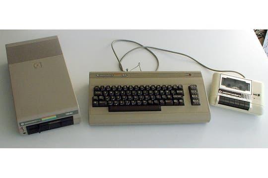 """El trío básico: la Commodore 64, la diskettera de 5,25"""" y la cassettera para cargar programas."""