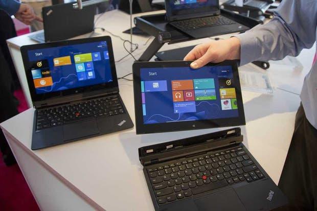 Dos Thinkpad Helix, la notebook híbrida de Lenovo. La compañía china desplazó a HP se convirtió en el mayor fabricante de PC, en momentos en que la industria experimenta una caída en las ventas de equipos