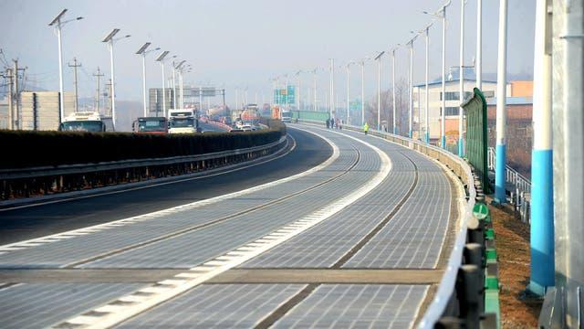 Un tramo de la autopista inaugurada en China, que tiene paneles solares bajo el pavimento