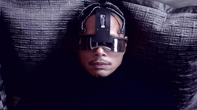 Terrence Howard es un policía que decide tomar una vacación virtual que cambiará su vida