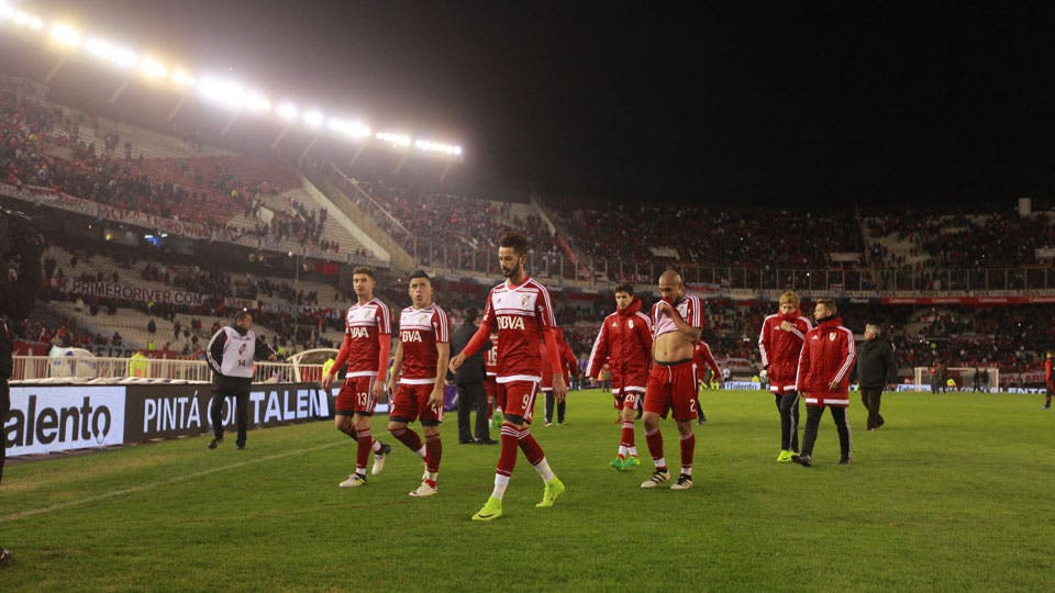 Los jugadores y el público se retiran del Monumental tras la derrota