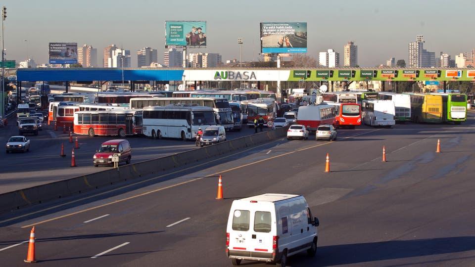Caos en la autopista Buenos Aires-La Plata por una protesta de choferes de micros