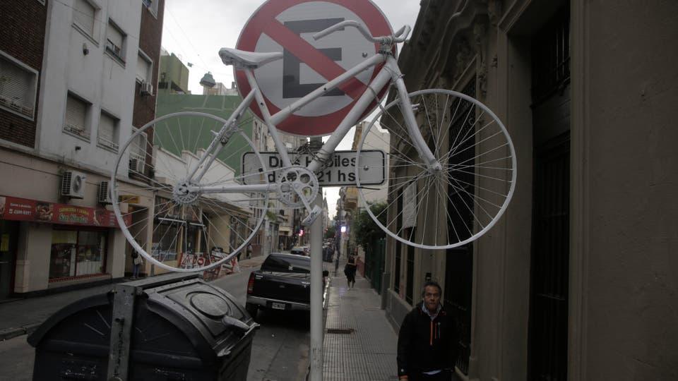 Unos 500 usuarios de bicicletas y familiares de las víctimas realizaron una pedaleada; exigieron una campa?a para alertar sobre la vulnerabilidad del transporte en dos ruedas. En Perú al 900 una bicicleta blanca recuerda a una de las víctimas