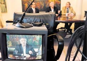 Néstor Kirchner anunció ayer la renuncia a la jefatura del PJ nacional flanqueado por Daniel Scioli y Alberto Balestrini