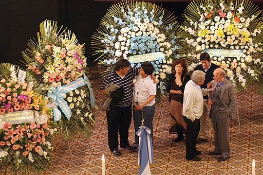 Familiares de la cantante asisten al velatorio. Foto: DyN