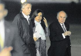 Néstor y Cristina Kirchner junto a Parrilli minutos antes de partir, anoche, hacia Nueva York