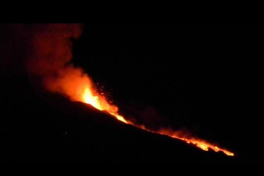 Espectacular río de lava provocado por la erupción del volcán Etna en Sicilia. Foto: AP