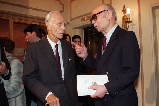 En la entrega de premios de Argentores en 1996 y junto a Adolfo Bioy Casares. Foto: Archivo