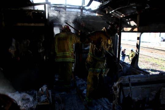 Los bomberos combaten  el incendio producido por un grupo de personas que saquearon la boleteria e incendiaron vagones del ferrocarril Sarmiento en la estacion de Ciudadela. Foto: LA NACION / Aníbal Greco