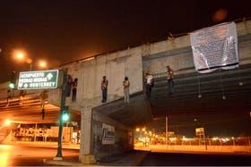 Los cuerpos de nueve personas fueron encontrados colgando de un puente en Nuevo Laredo, México.