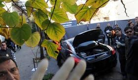 El asesino dejó documentos y objetos de valor en el baúl del Peugeot RCZ