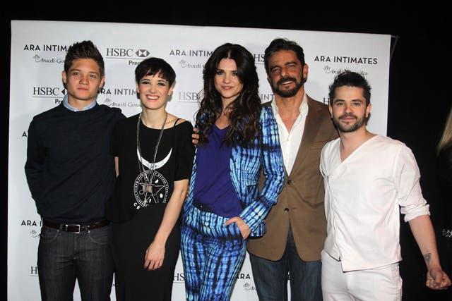 La familia completa: Ara y Fabián Mazzei, junto a Flor y Tomás, lo hijos de ella y un infiltrado: Felipe Colombo, en la BAAM