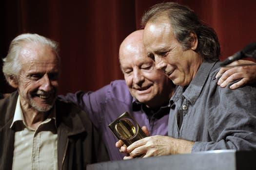 Junto a Joan Manuel Serrat y al escultor Octavio Podestá, diciembre de 2010. Foto: Archivo