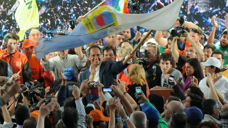 Daniel Scioli durante el primer acto de cierre de su campaña proselitista, en mar del Plata foto: Télam