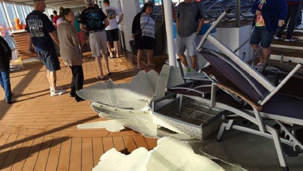 El crucero, en medio de una tormenta. Foto: Twitter