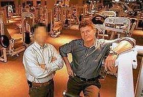 Hugo Conzi, a la derecha, en el gimnasio del segundo piso de su restaurante Dallas