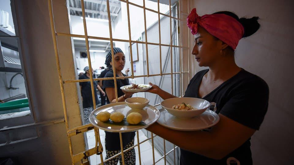 Mujeres presas atienden un restaurante en una prisión en Cartagena
