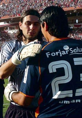 El abrazo entre Lux y Ustari antes del partido