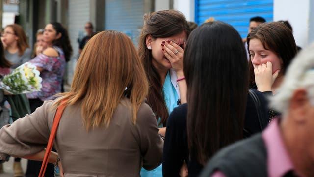Amigos y vecinos se acercaron a la escuela de danza para llevar flores y acompa?ar en el difícil momento a los familiares de las víctimas.