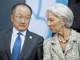 Jim Yong Kim, del Banco Mundial, y Christine Lagarde. del FMI, ayer en Washington