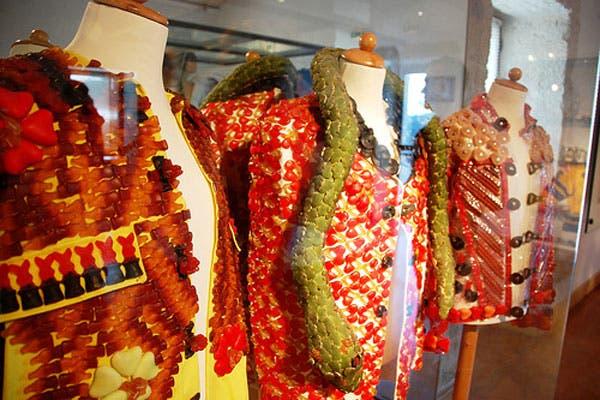 Cerca de Uzés, al sur de Lyon, en Francia, se encuentra la antigua fábrica de caramelos Zan, convertido en museo de sueños (estilo la fábrica de chocolates de Wonka) y una vuelta a la niñez para los más grandes. Desde prendas de vestir hechas con gomitas, hasta caramelos gigantes o antiguos afiches.. Foto: malena-rtw.com